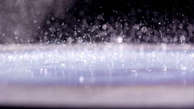 macro of liquid bouncing on hot plate - はずむ点の映像素材/bロール
