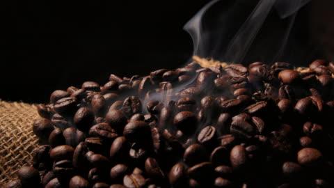 makro schoss dunkle kaffeebohne mit rauch - kaffee stock-videos und b-roll-filmmaterial