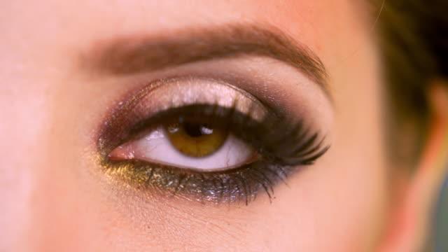 stockvideo's en b-roll-footage met macro-opname van een vrouw oog - make up