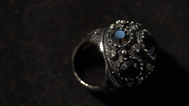 stockvideo's en b-roll-footage met macro-opname van diamanten ringen in donker - ring juweel