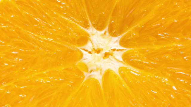 scatto macro dello sfondo della trama della fetta arancione - succo d'arancia video stock e b–roll