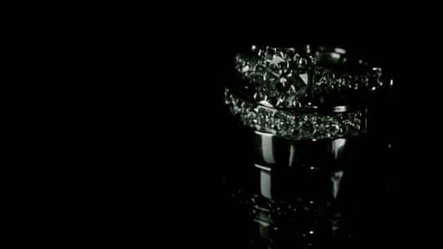 vídeos de stock, filmes e b-roll de tiro macro de anéis de casamento no escuro. - anel joia