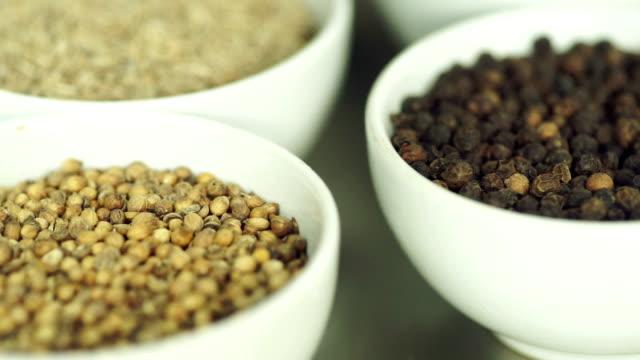 stockvideo's en b-roll-footage met macro schot van specerijen en kruiden op tafel. - curry powder