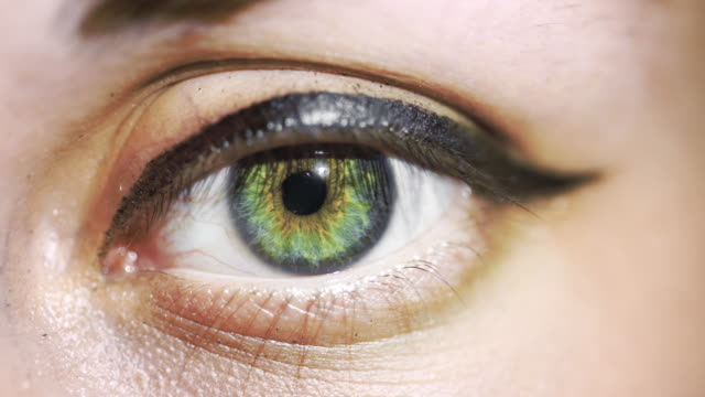 stockvideo's en b-roll-footage met macro view: woman looks at you with left green eye and blinks - netvlies