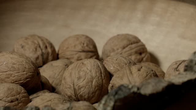 Makro-dolly: valnötter i trä skål