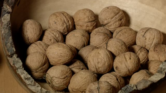 stockvideo's en b-roll-footage met macro-dolly: walnoten in houten kom - notendop