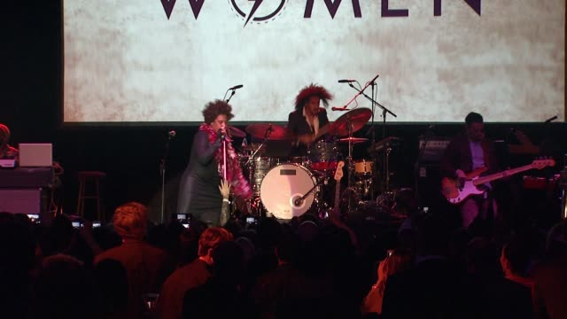 macy gray at an evening with women benefit presented by toyota financial services for los angeles lgbt center in los angeles, ca 5/21/16 - メイシー グレイ点の映像素材/bロール