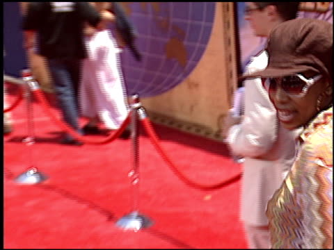 macy gray at the 'around the world in 80 days' premiere at the el capitan theatre in hollywood, california on june 16, 2004. - メイシー グレイ点の映像素材/bロール