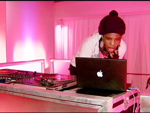 macy gray deejaying at the rachel hunter and slim-fast host style your slim event with special guest tim gunn and dj macy gray at boulevard3 in... - レイチェル ハンター点の映像素材/bロール