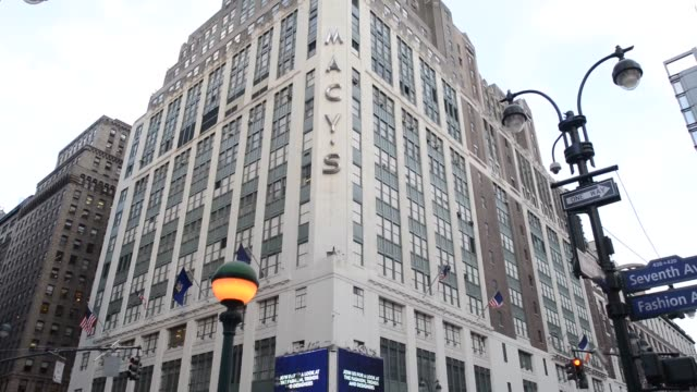 vídeos y material grabado en eventos de stock de macy's flagship store in new york ny us on february 24 wide shot of the world's largest store macys signage as traffic and pedestrians walking by pan... - macy's herald square