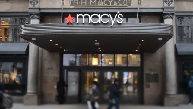 vídeos y material grabado en eventos de stock de macy's flagship store in new york ny us on february 24 wide shot of macy's signage with pedestrians passing by pan down of macy's signage with... - macy's herald square
