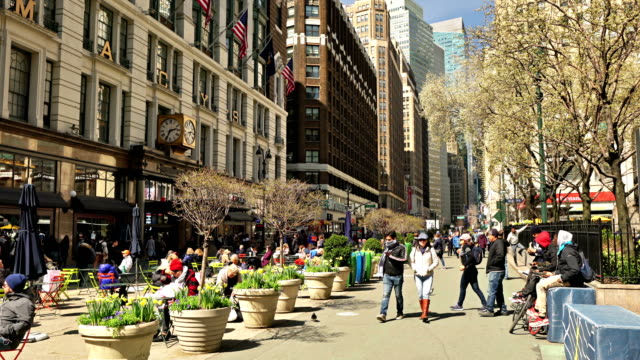 macy's store and view to broadway from 34th street - prachtstraße stock-videos und b-roll-filmmaterial
