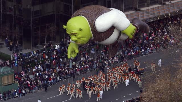 vídeos y material grabado en eventos de stock de ws pan macy's thanksgiving day parade / new york city, new york, usa.  - macy's