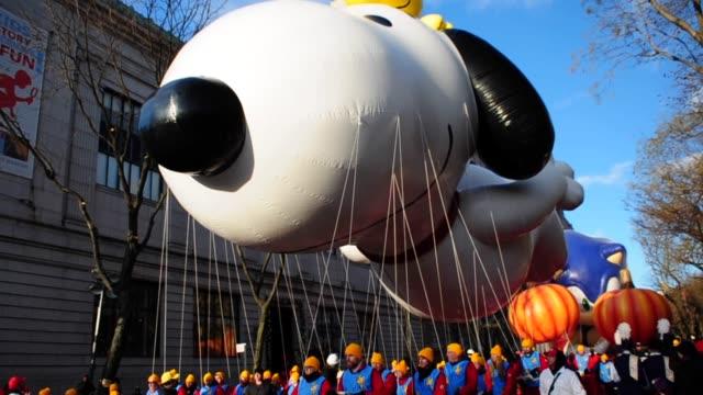 vídeos de stock, filmes e b-roll de macys thanksgiving day parade, upper west side, manhattan, new york city, usa 2013, thanksgiving day parade, new york city on november 28, 2013 in... - 2013