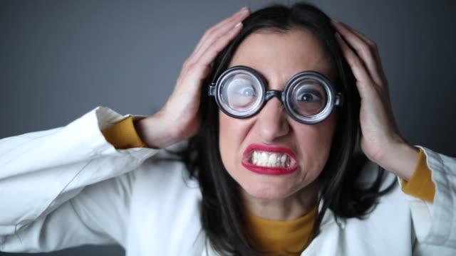 vídeos de stock e filmes b-roll de mad female nerd - nerd