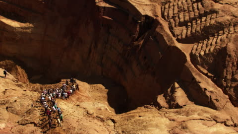 stockvideo's en b-roll-footage met madagascar: ilakaka mines - klif