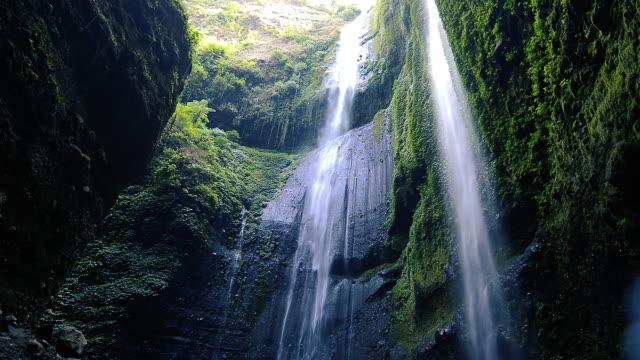 vidéos et rushes de madakaripura chute d'eau au bromo, cette grande chute d'eau en indonésie. - cascade