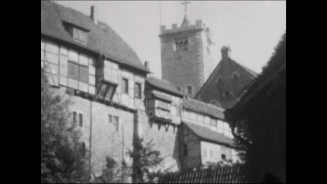 vidéos et rushes de made in the 1950s castle wartburg shots from the foot of the hill parking place with many cars shots at the castle and views from there - après guerre