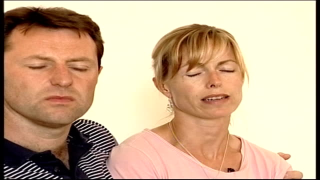madeleine mccann abduction: criticism of border checks / mother's appeal; portugal: portimao: int gerald mccann and kate mccann sitting in press... - vermißte person stock-videos und b-roll-filmmaterial