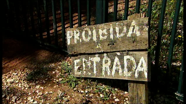 vidéos et rushes de description of suspect abandoned villa with sign saying 'probidida entrada' - entrada