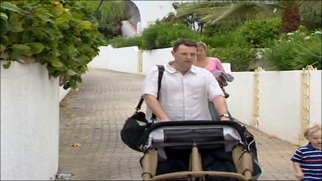 father flies back to britain mccann family along to ocean club resort creche with doublebuggy - fall madeleine mccann stock-videos und b-roll-filmmaterial