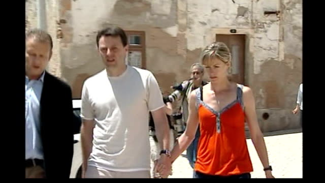 madeleine mccann abduction: forensic results handed over to portuguese police; kate and gerry mccann along - fall madeleine mccann stock-videos und b-roll-filmmaterial