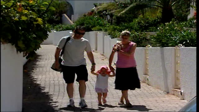 madeleine mccann abduction/ global scale of search portugal algarve praia da luz ext gerry mccann and kate mccann along with one of other children as... - fall madeleine mccann stock-videos und b-roll-filmmaterial