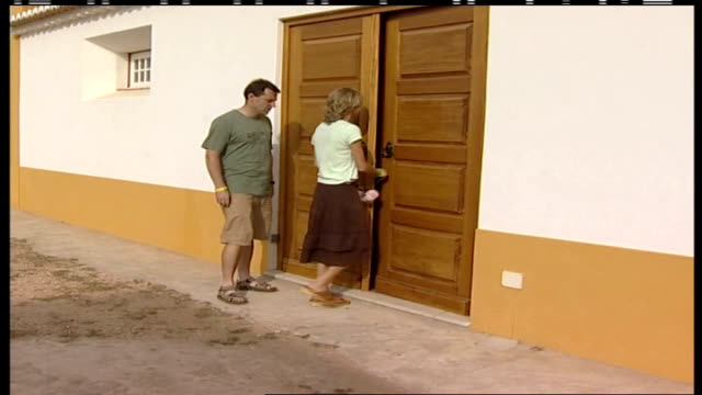 madeleine mccann abduction: kate mccann interviewed by police; kate and gerry mccann along street as photographed by press mccanns into building... - kate mccann stock-videos und b-roll-filmmaterial