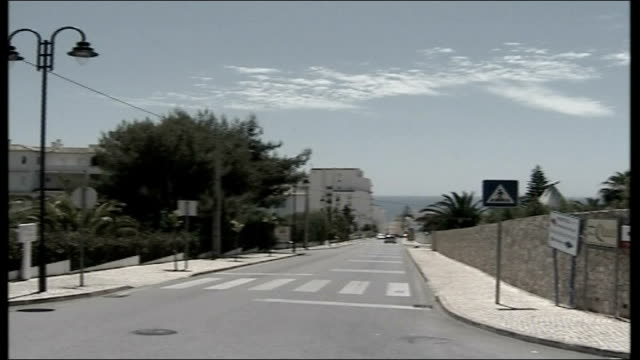 vídeos de stock e filmes b-roll de parents maintain hope road junction where she claims to have seen blonde woman acting suspiciously on evening madeleine was abducted road signs at... - road junction