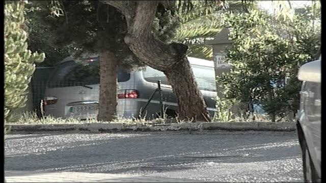madeleine mccann abduction: parents speak out / police question 3 people; silver car along through gates into villa called 'casa liliana', where... - マデリン・マクカーン失踪事件点の映像素材/bロール