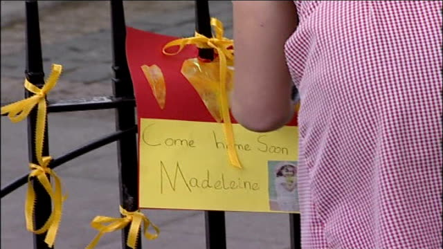 police criticised england leicestershire rotheley ext back view of schoolgirl as she ties small poster to metal fence 'come home soon madeleine'... - レスターシャー点の映像素材/bロール