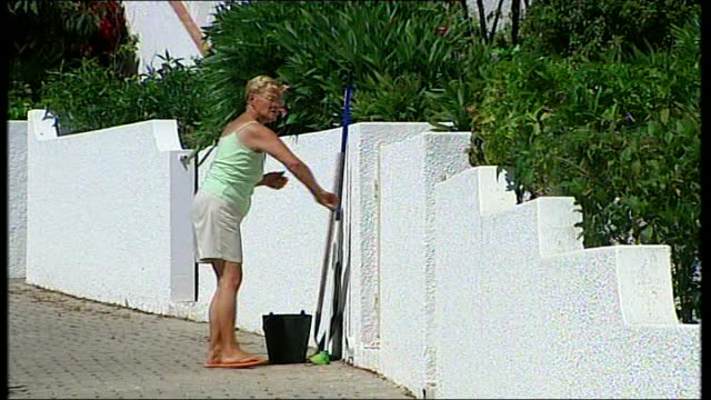 police criticised portugal algarve lagos white painted hotel resort building crowds of press in road outside holiday resort complex where mccanns are... - madeleine mccann video stock e b–roll