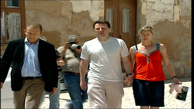 madeleine mccann abduction: police criticised; portugal: algarve: praia da luz: ext kate mccann along with husband gerry mccann past press and into... - kate mccann stock-videos und b-roll-filmmaterial