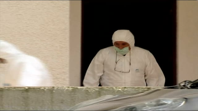 police criticised tx forensic officers searching outside holdiay apartment block and dusting shutter for fingerprints - madeleine mccann video stock e b–roll