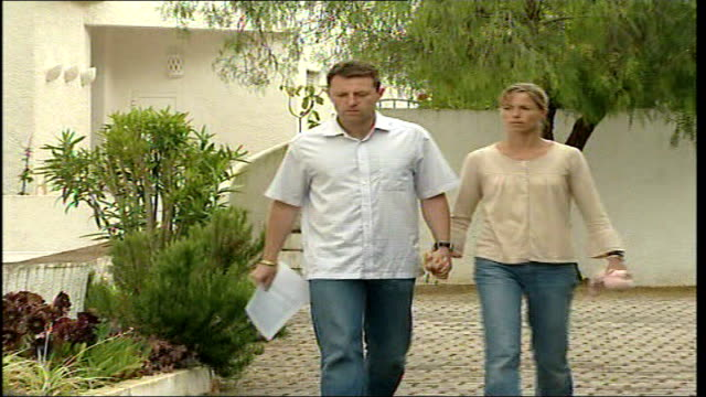 madeleine mccann abduction: public respond to police suspect appeal; portugal: the algarve: praia da luz: ext gerry mccann and kate mccann walk... - kate mccann stock-videos und b-roll-filmmaterial