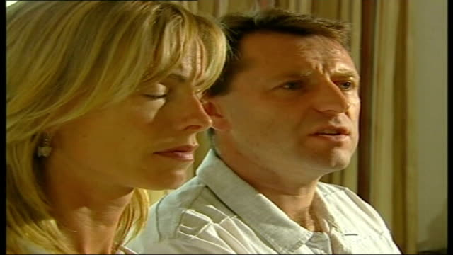 reports of blood traces in holiday flat int gerry mccann and kate mccann at press conference and gerry mccann answers question sot portuguese police... - madeleine mccann video stock e b–roll