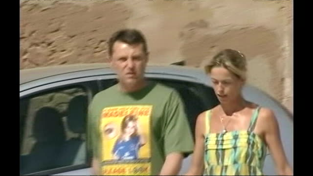 madeleine mccann disappearance: detectives identifiy 'persons of interest'; 11.8.2007 portugal: algarve: gerry mccann and kate mccann along past... - kate mccann stock-videos und b-roll-filmmaterial