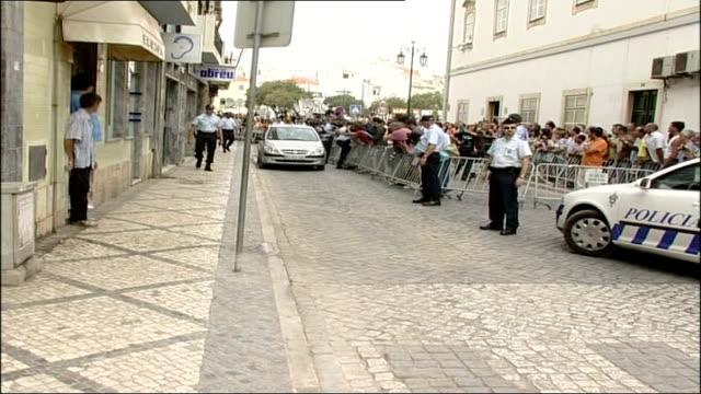 vídeos de stock, filmes e b-roll de kate mccann named as suspect portimao ext police and crowds as car driven towards past - suspeita