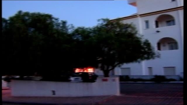 vídeos y material grabado en eventos de stock de parents interviewed on spanish television portugal praia da luz ext apartment block and camera crew along in street - praia
