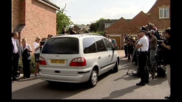 portuguese judge to decide if parents to remain suspects; tx 9.9.2007 england: leicestershire: rothley: ext car along with press on either side ends... - kate mccann stock-videos und b-roll-filmmaterial