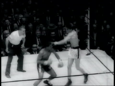 vídeos de stock, filmes e b-roll de madison square garden 33rd annual golden gloves championship / vince shomo boxing brian o'shay vince shomo vs brian o'shay boxing match at madison... - 1960