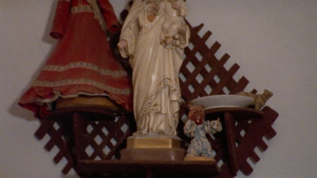 cu, tu, madonna and child figure on wall shelf, havana, cuba  - weibliche figur stock-videos und b-roll-filmmaterial