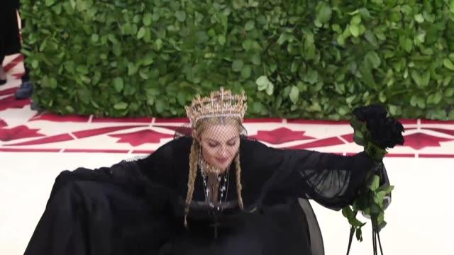 vidéos et rushes de madonna at heavenly bodies: fashion & the catholic imagination costume institute gala - catholicisme