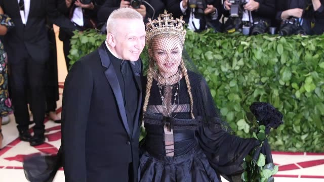 vidéos et rushes de madonna at heavenly bodies: fashion & the catholic imagination costume institute gala at the metropolitan museum of art on may 07, 2018 in new york... - catholicisme