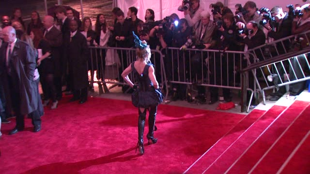 madonna at the 'the model as muse embodying fashion' costume institute gala at the metropolitan museum of art arrivals at new york ny - 2009 bildbanksvideor och videomaterial från bakom kulisserna