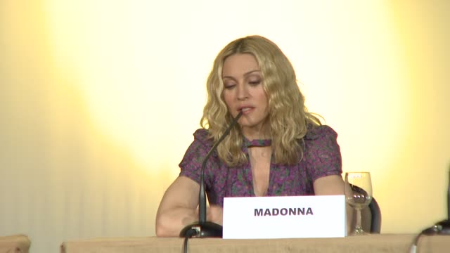 vídeos de stock e filmes b-roll de madonna on the adoption not being controversial and on her adopted son david's appearance in the film at the 2008 cannes film festival i am because... - conferência de imprensa