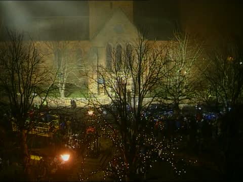 vídeos de stock e filmes b-roll de rocco ritchie christening:; itn scotland: highlands: dornoch: mss photographers squabbling over best position night tgv cathedral as cars carrying... - benção