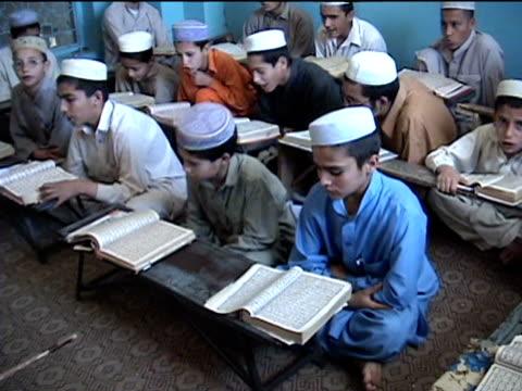 stockvideo's en b-roll-footage met ws madrassa with boys reciting koran landi kotal in riffel agency of tribal zones federally administered tribal areas pakistan audio - op de grond zitten