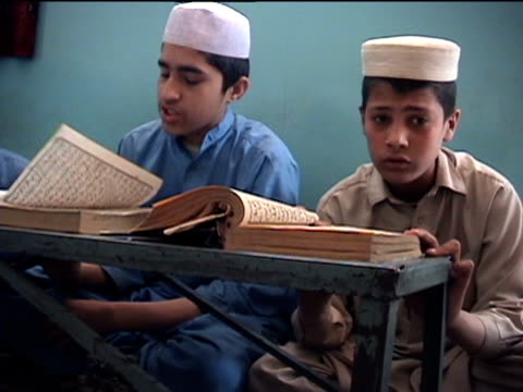 vídeos de stock, filmes e b-roll de ms madrassa with boys reciting koran landi kotal in riffel agency of tribal zones federally administered tribal areas pakistan audio - madressa