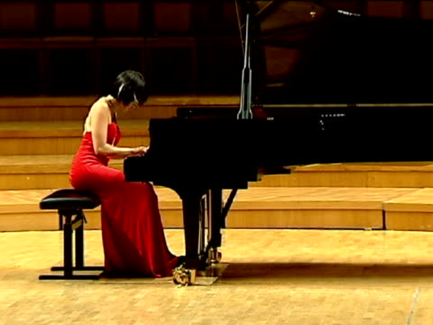 vídeos de stock e filmes b-roll de pedro pablo perez chinese pianist yuja wang performs in concert at the national auditorium in madrid spain to coincide with the release of her latest... - pianista